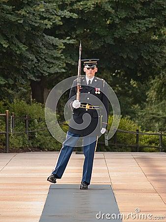 Protector de honor en el cementerio de Arlington Imagen de archivo editorial