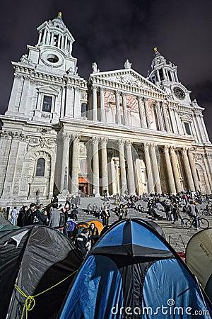 Protestadores pela catedral do St Paul, Londres Foto Editorial