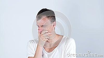 Protrait gritador triste desesperado del hombre joven