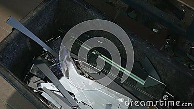 Prozess des geschliffenen Glases Beseitigungsbehälter stock video footage