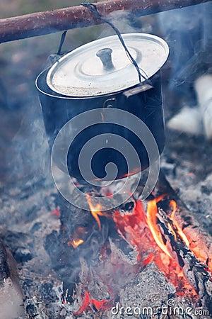 Préparation de la nourriture sur le feu de camp