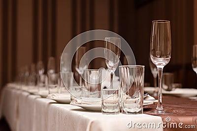 Pr parez pour la partie disposition de table de restaurant avec des verres - Ordre des verres sur la table ...