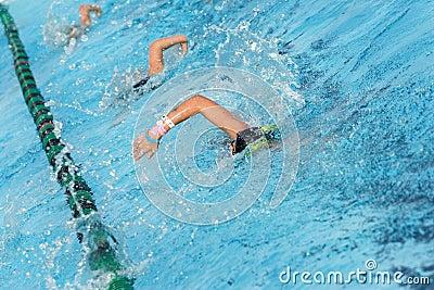 Prática da equipe de nadada