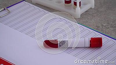 Prueba del coronavirus matraz médico con un análisis de sangre del virus COVID-19 análisis con el código de barras almacen de metraje de vídeo