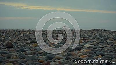 Przejście ramki z żagli morskich do białego jachtu w błękitnym morzu nad błękitnym niebem Ocienie fioletowe zbiory wideo