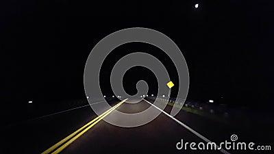 Przejazd przez wiejskie tereny wiejskie, zbliżające się do miasta, oświetla horyzont Punkt widzenia kieruje się w stronę przedost zdjęcie wideo