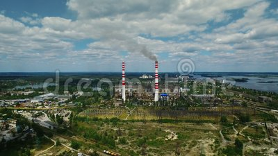Przemysłowa fabryczna powierzchowność z dymem od kominu Antena krajobraz zdjęcie wideo