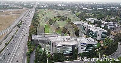 Przeniesienie z powrotem z anteny kampusu Samsung Research America SRA w Dolinie Krzemowej z zielonymi drzewami sosnowymi zbiory wideo