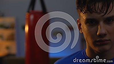 Przepoceni nastolatków spojrzenia poważnie po intensywnego bokserskiego treningu, okładzinowy wyzwanie zdjęcie wideo