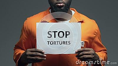 Przerw tortur zwrot na kartonie w rękach amerykanina więzień, napad zbiory wideo