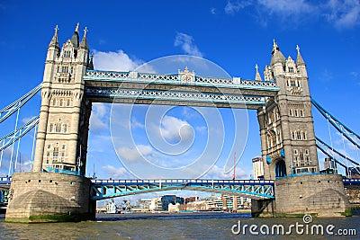 Przerzuca most London wierza