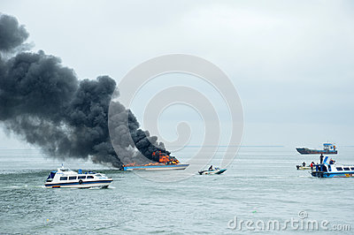 Przyśpiesza łódź na ogieniu w Tarakanie, Indonezja Zdjęcie Editorial
