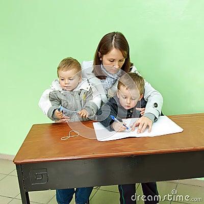 Przy biurkiem Poland wybory parlamentarne 2011 Zdjęcie Editorial