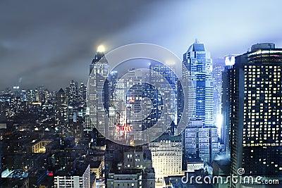Przy noc Manhattan linia horyzontu