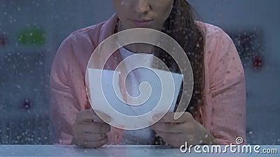 Przygnębiony mienie drzejąca damy fotografia blisko dżdżystego okno, cierpienie bolesny rozwód zdjęcie wideo