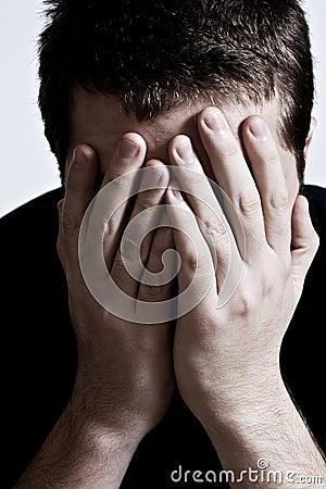 Przygnębiony twarzy ręk mężczyzna nad smutnym