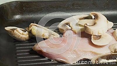 Przygotowywać chiken i pieczarki na grillu Przygotowywa domowej roboty kotleciki deliciouses Kuchnia zbiory wideo