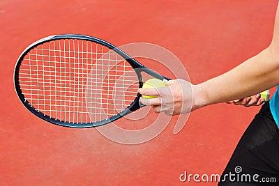 Przygotowywający słuzyć tenisową piłkę