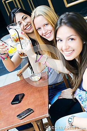 Przyjaciele bierze napój na tarasie