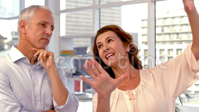 Przypadkowy bizneswoman przedstawia coś z rękami zbiory