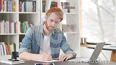 Przypadkowy rudzielec mężczyzna Pisze liście zbiory wideo