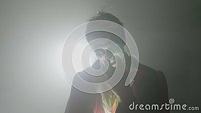 Psychopata męskiego jokeru roześmiany szalony zło i przelęknienie kamera na Halloween - zdjęcie wideo