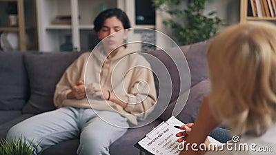 Psychotherapist fêmea que trabalha com o adolescente que faz as perguntas que guardam a carta filme