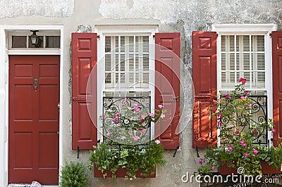 Pudełek kwiatu czerwieni żaluzje