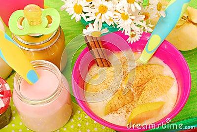 Pudim de arroz com com a maçã e a canela para o bebê