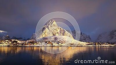 Pueblo pesquero en invierno en un día soleado noruega metrajes
