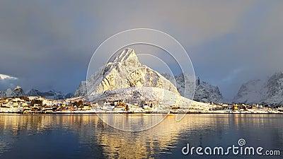 Pueblo pesquero en invierno en un día soleado noruega almacen de video