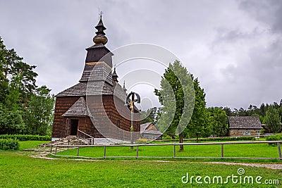 Pueblo tradicional con las casas de madera en Eslovaquia