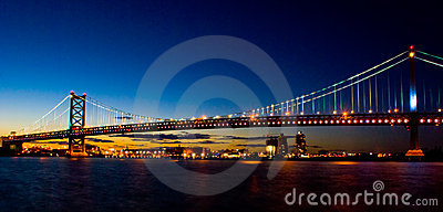 Puente de Benjamin Franklin en la puesta del sol