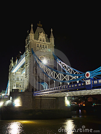 Puente de la torre en la noche: a un lado perspectiva, Londres