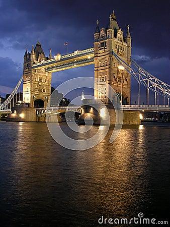 Puente de la torre por noche