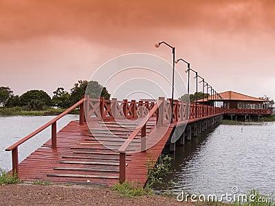 Puente de madera rojo
