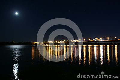 Puente del sur en Riga en la noche.