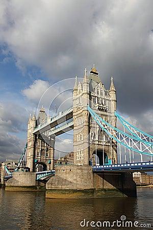 Puente famoso de la torre,