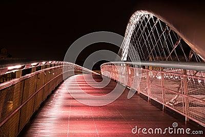 Puente mojado en noche lluviosa en Kraków