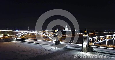 Puente Nevado en la noche en St Petersburg metrajes