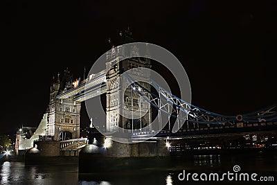 Puente por noche, Londres, Inglaterra de la torre