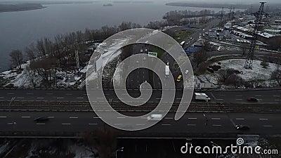 Puente sobre agua con autos en movimiento, vista aérea Viaje en auto en un amplio puente sobre el río Vista superior en un día so almacen de metraje de vídeo