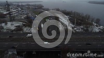 Puente sobre agua con autos en movimiento, vista aérea Viaje en auto en un amplio puente sobre el río Vista superior en un día so metrajes