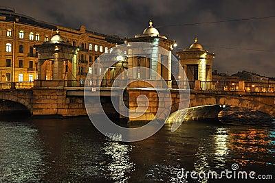 Puente sobre el río de Fontanka en St Petersburg