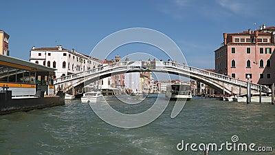 Puente sobre Grand Canal en Venecia Visión desde el barco flotante metrajes