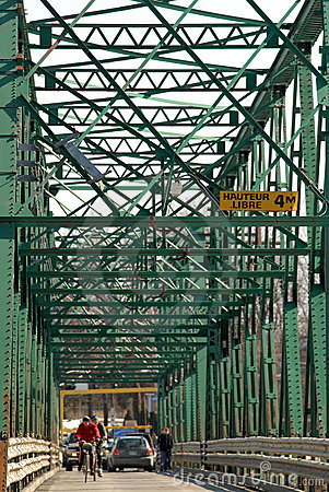 Puente viejo del metal