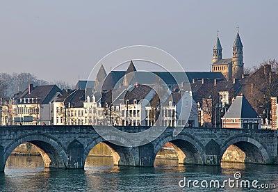 Puente viejo en Maastricht