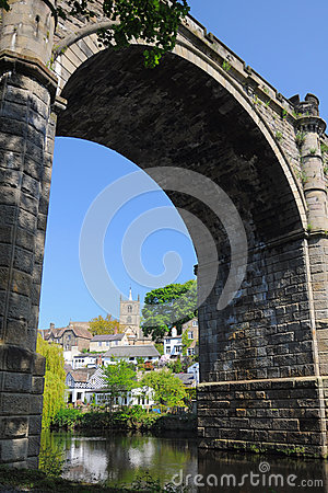 Puentee el arco y escúdese en Knaresborough, Yorkshire