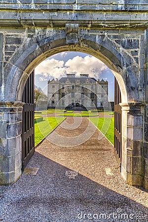 Puerta al castillo de Portumna en Co. Galway
