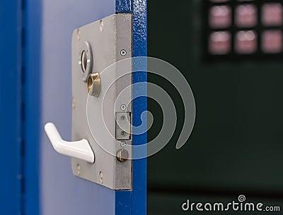 Puerta de la celda de prisión